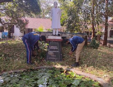 NCC Cadets of 23 Kerala Bn NCC, 24  Kerala Bn NCC and 7 Kerala Girls Bn NCC cleaning Jawaharlal Nehru Statue at Thrissur